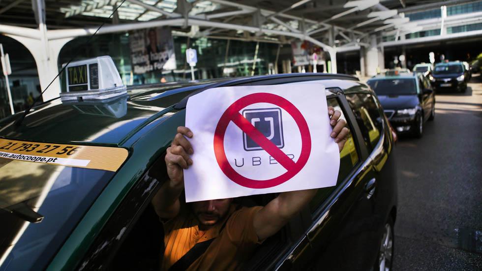 Manifestação de empresas e profissionais de táxi, convocada pela ANTRAL - Associação Nacional dos Transportadores Rodoviários em Automóveis Ligeiros, contra o transporte de passageiros por condutores ligados à aplicação eletrónica Uber, durante a passagem no Aeroporto de Lisboa, 08 de setembro de 2015. MÁRIO CRUZ/LUSA